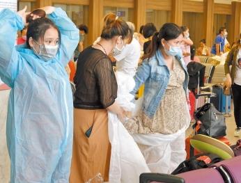 越南專機撤僑 半數是孕婦 Chuyên cơ Việt Nam sơ tán kiều bào  Nữa số người là phụ nữ mang thai