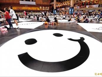 10種語言展現包容 北車大廳綻放微笑 10 loại ngôn ngữ tăng thêm sự bao dung  Sảnh ga Đài Bắc nở rộ nụ cười