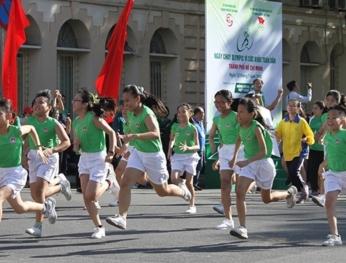 Hơn 30.000 người tham dự Ngày chạy Olympic vì sức khoẻ 超過3萬人參加胡志明市全民健康奧林匹克長跑日活動